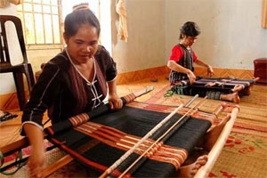 Ma ethnic women keep brocade weaving alive